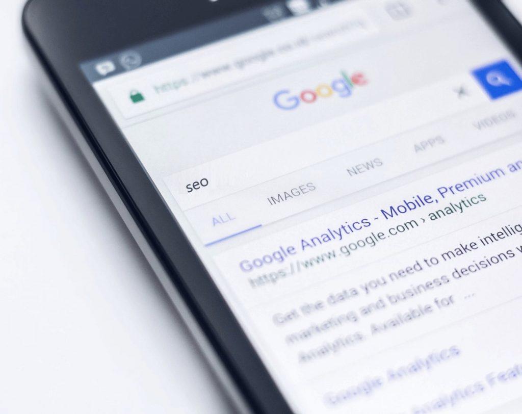 Telefoon met Google en seo als zoekwoord
